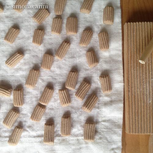 IMG_2259 / mezzi tubi rigati (pasta fatta a mano) / ridged half-pipes (handmade pasta)