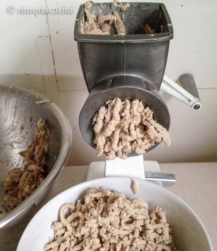 hand-cranked meat grinder / IMG_5311